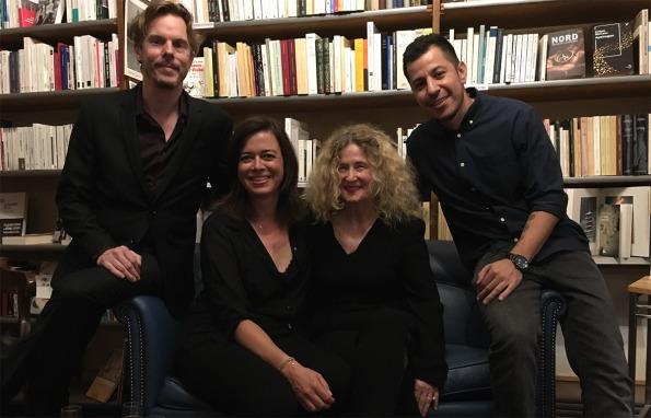 Au Rameau d'Or, après la lecture, avec le libraire, Frédéric Saenger, l'initiatrice de la soirée, Sophie Frezza, le guitariste Andres Felipe Tabares et des livres, beaucoup de livres...